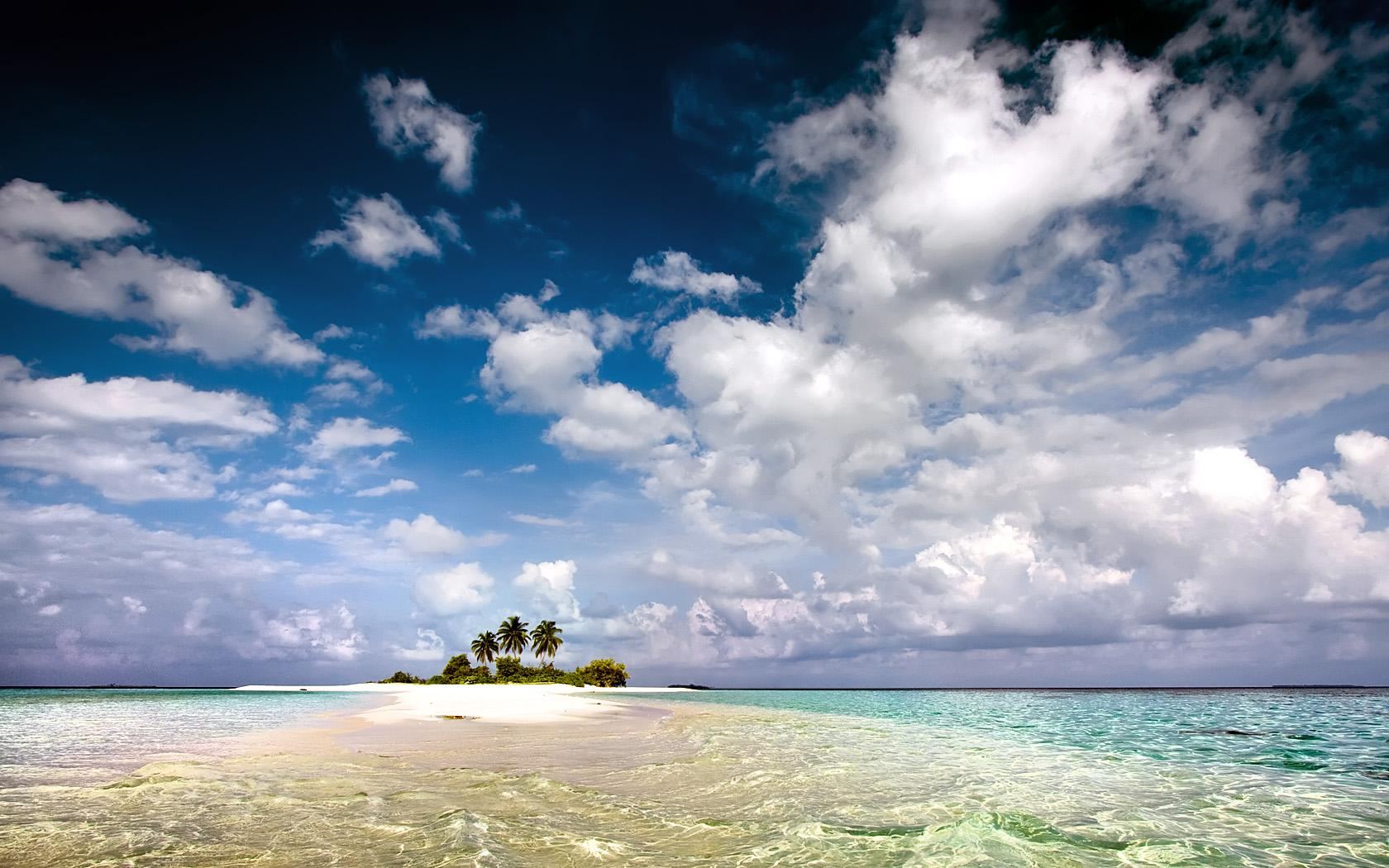 Кусочек земли, пальмы, волны моря, небо, необитаемый остров, пальмы